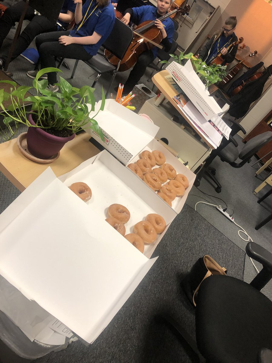 Krispy Kreme doughnuts paired with the mighty sound of the LMS Orchestra! #StayTuned #LMSWild #FieldTripDay 🎻  @megbond123 @LexingtonMiddle https://t.co/ko9V0mJfRt