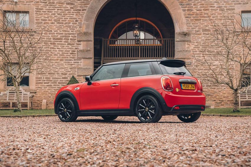 First Drive of the #MINI #Electric - We find out why the legendary Mini is charging ahead with an all-electric version #EV #MINIEV #MINIElectric http://www.wheelsforwomen.co.uk/index.php/first-drive-mini-electric/…pic.twitter.com/moPrzinbt6