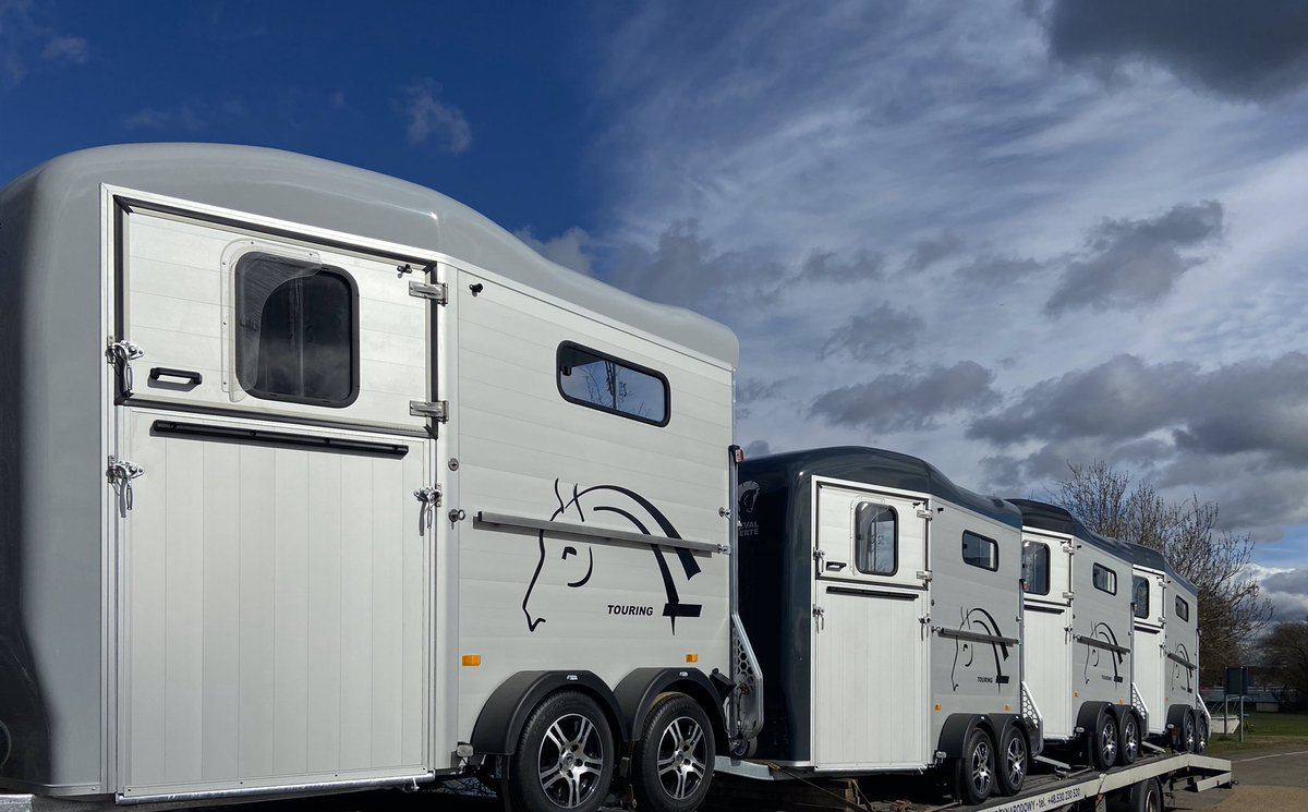 Just in! Last chance to grab yourself a Cheval Liberte Touring Country Premium Edition fitted with alloy wheels and stainless tie up bar. Please contact us to reserve! #chevalliberte #chevalliberté #horsesofinstagram #horses #horsetrailers #equestrian #equestrianlifepic.twitter.com/FA3B2Ugz3m