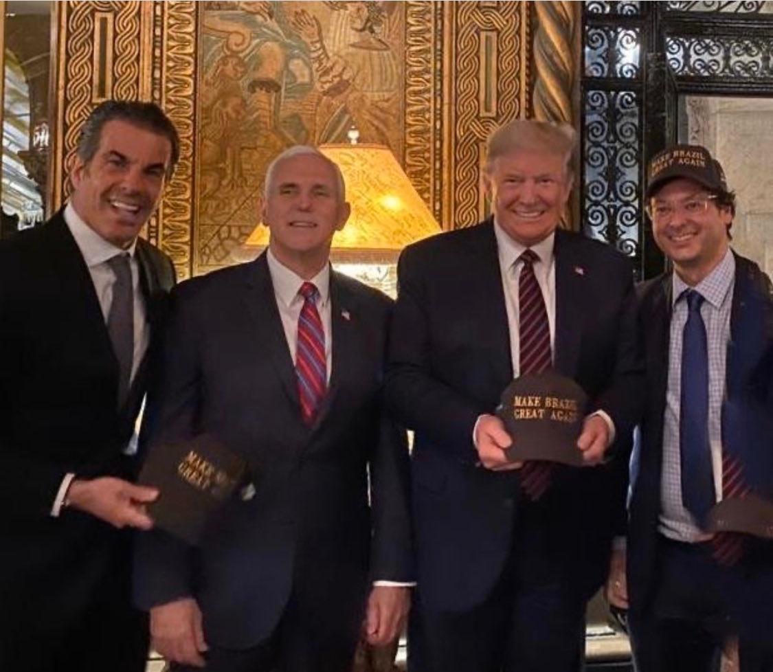 USA : Photo prise samedi soir à Mar A Lago avec, de gauche à droite : - Bolsonaro, président du Brésil, - Pence VP USA - Trump : président des États-Unis - Assistant de communication de Bolsonaro, qui présente désormais des symptômes de COVID-19 et attend le résultat des tests...