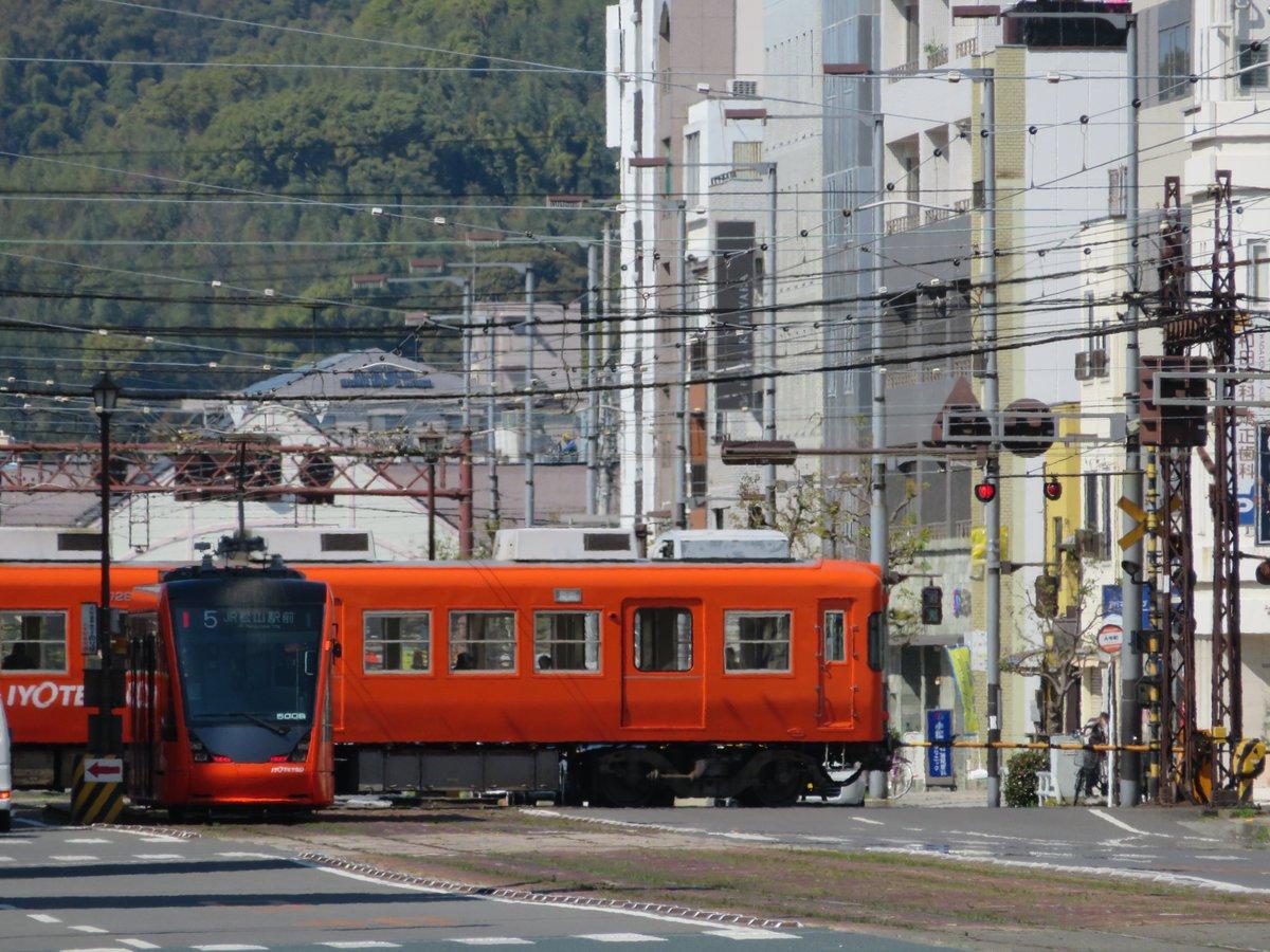 新型5006が追加されて1週間。  ダイヤモンドクロスで電車を待ったのは初めてかな? どうだろう  #伊予鉄 #伊予鉄道 #路面電車 #電車 #ダイヤモンドクロス #大手町 #新型 #名物 #踏切 #伊予鉄総合企画 #ツイッターでつくる路面電車写真展pic.twitter.com/s7lYoGnxcZ