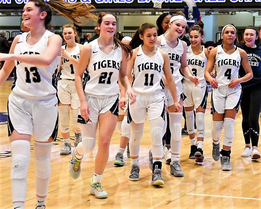 STORY: Eva DeChent had the game of a lifetime, Arianna Stockinger hits a milestone, and Putnam Valley girls are into the state quarterfinals after beating Marlboro. @EvaDeChent1221  @arianna_stock  @PvVarsity  @PVAthletics1 @Lady_Dukess @erin_lofaro   https://t.co/YIEvhlMQ0s https://t.co/D9zMeBH0C7
