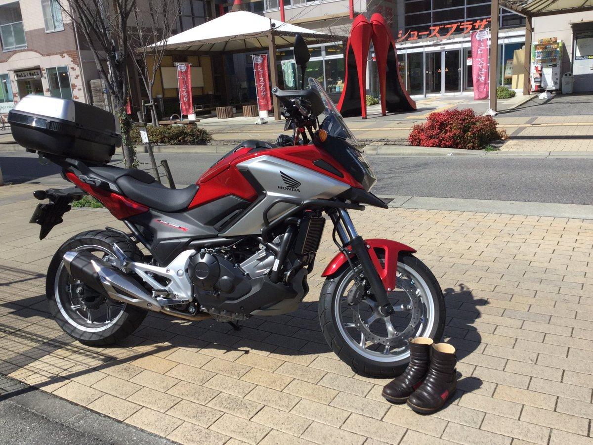 店前での1枚  前に作ったバイクブーツ。もう10年近く履いてます。  マシンも変わったので新たに作ろっかな  デザイン、配色 考え中  #赤いハイヒール  #オーダーシューズ #オーダーブーツ #シューズプラザ  #NC750X  #バイクpic.twitter.com/qok3kPtSsq
