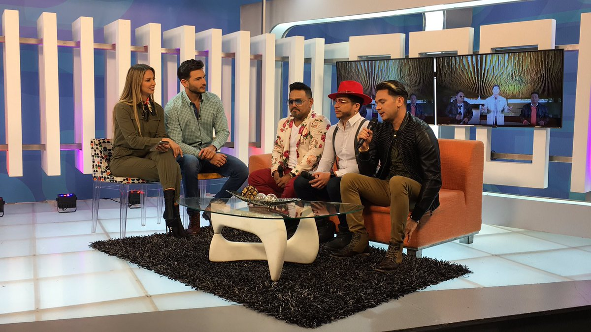 Momento de conversar con los chicos de @salsaproyectoa 🎧 #Vitrina https://t.co/QFyHPsRyp1