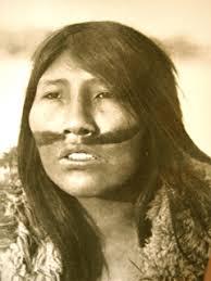 """La última representante pura del pueblo originario Selk'nam, Ángela Loij, falleció en 1974. Actualmente sólo existen algunos descendientes mestizos de esta etnia.  Si quieres saber más, te recomendamos el libro """"Los espíritus Selk'nam. Cuento basado en un mito Selk'nam."""". https://t.co/gP3i2LSCMe"""