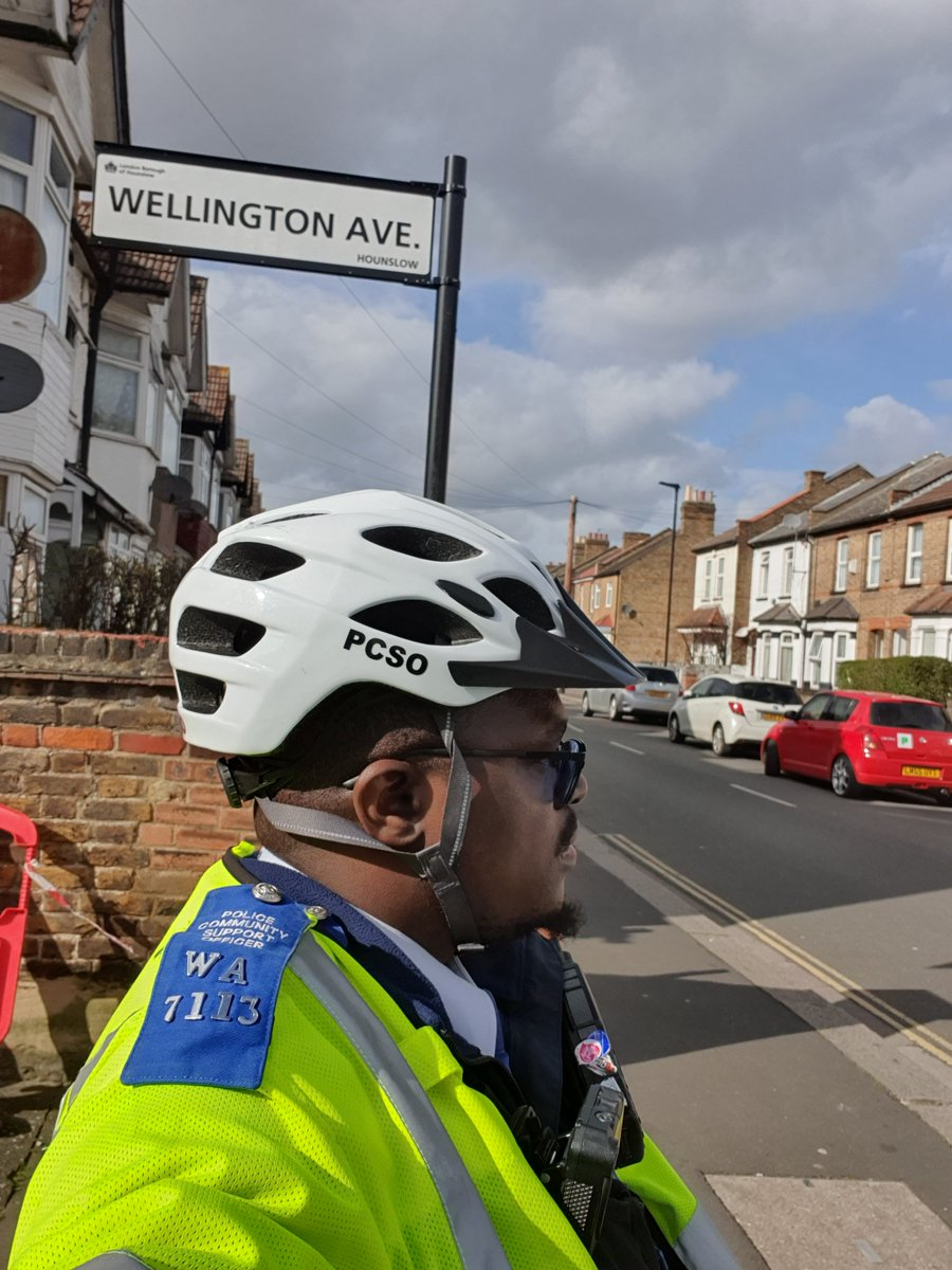 Hounslow Heath SNT officers were  busy today patrolling  various parts of the ward, carrying out Anti social behaviour  & drug use patrols visiting victims of motor vehicle crime.    #BeSafe #DontDoDrugs #MOTORVEHICLECRIME pic.twitter.com/4zE0saaYXS