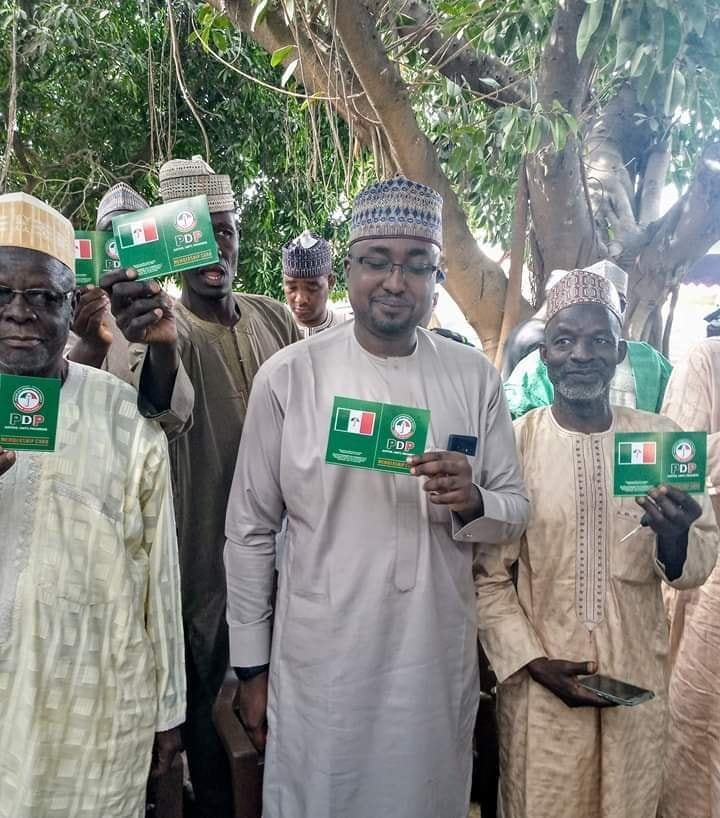 Siyasar Kano sai Kano😂😂😂😂 This is Sadeeq Wali, a serving commissioner in @GovUmarGanduje administration collected @OfficialPDPNig membership card. https://t.co/rZ1hEnvlXg