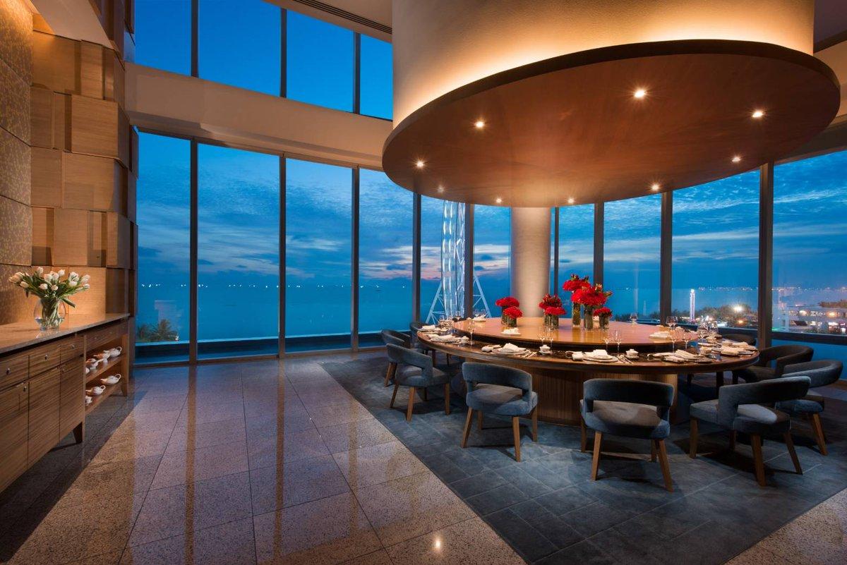 / マニラに泊まるならココッ🌟 \  今回はこちらのホテルをご紹介🎉  📍 コンラッド・マニラ 💎 @conradmanila  マニラ湾沿いにそびえる高級ショッピングセンター「エス・メゾン」の高層部に位置するラグジュアリーな5つ星ホテル✨ マカティの喧騒を忘れさせてくれる癒しの空間です☺️ https://t.co/pf6bm0ZbhK