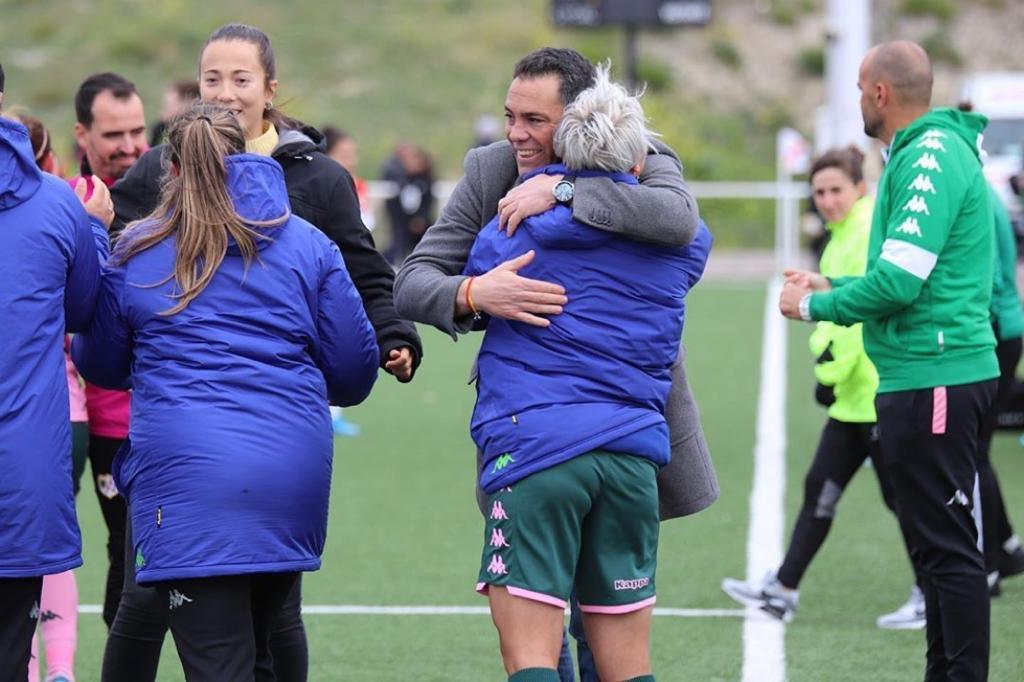 """Hay abrazos q representan un sentimiento . @priscilaborja es Betis . Hoy estaba malísima y lo diò todo por el equipo y sus compañeras . Eso es lo q quiero d mis jugadoras """" Compromiso y sentimiento por las trece barras """" EQUIPO 💚⚽️🟢⚪️⚽️ https://t.co/OyCVpZf0Ix"""