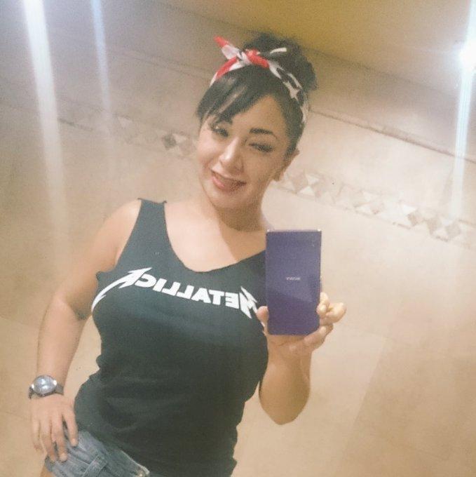 1 pic. -No puedes andar por la vida mostrando las tetas. Yo: 😈😈😈 #FollowMe #EvitaLove🖤 #FelizLunes  #LunesDeProvocación