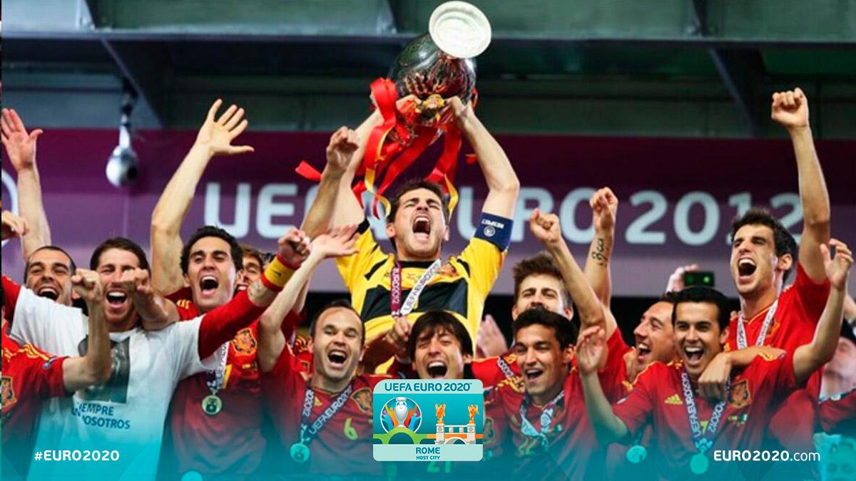 La #Spagna, battendo l#Italia in finale, vince #Euro2012, il suo terzo trofeo. Il CT #DelBosque diventa il primo allenatore ad aver vinto @ChampionsLeague, Europeo e Mondiale di calcio. #EURO2020 #RomaEuro2020 @FIGC @SeFutbol @UEFA @Vivo_Azzurro @EURO2020