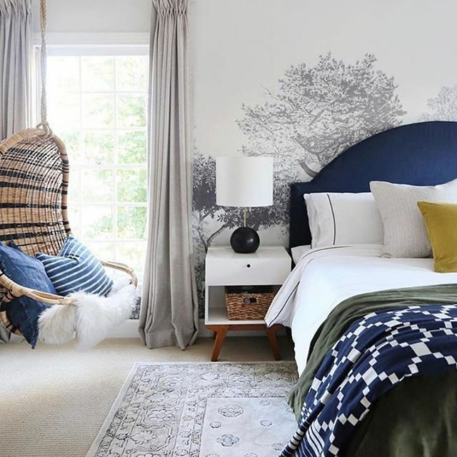 Hua Trees is the perfect addition to serene spaces and calm corners of the home. This beautiful bedroom by @sunnycirclestudio says it all really.  . . . #beautifulwalls #decorateyourwalls #walltowallstyle #wallpapercute #luxurywallpaper #prettylittleinteriors #thew…pic.twitter.com/2fLZmG5dCF