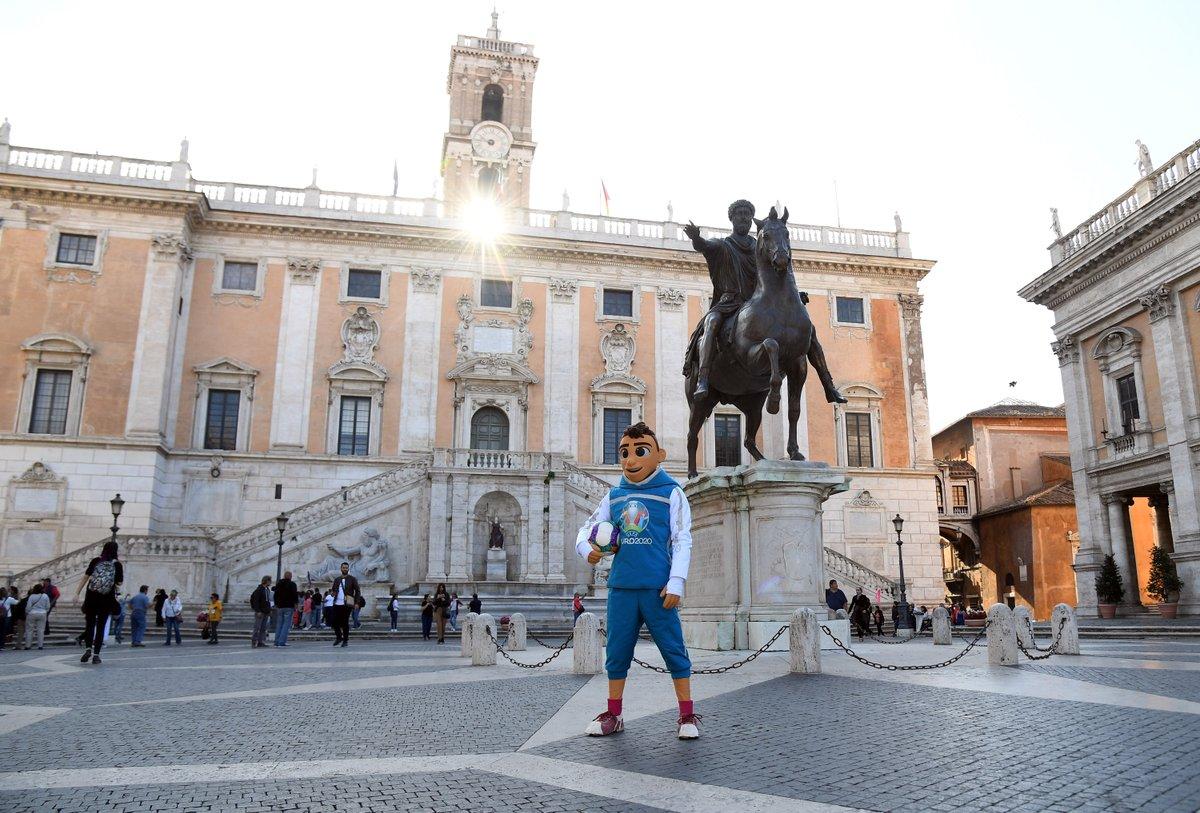 Qualche anticipazione di cosa accadrà domani in occasione di un #countdown speciale? 💯 Leggete qui 👉 bit.ly/2VGU1o8 Appuntamento dalle 8 alle 18, in piazza del Campidoglio. Parola dordine: UEFA @EURO2020 a @Roma! #EURO2020 #RomaEuro2020 #Roma @FIGC @Vivo_Azzurro