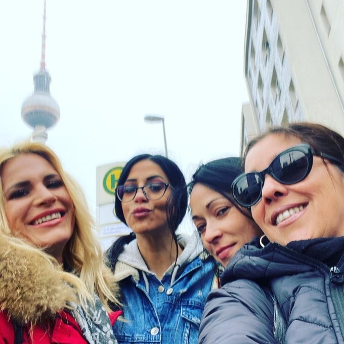 1 pic. BERLÍN! Con mis amores! @julia_de_lucia @saramayxx https://t.co/b1CRejVks3
