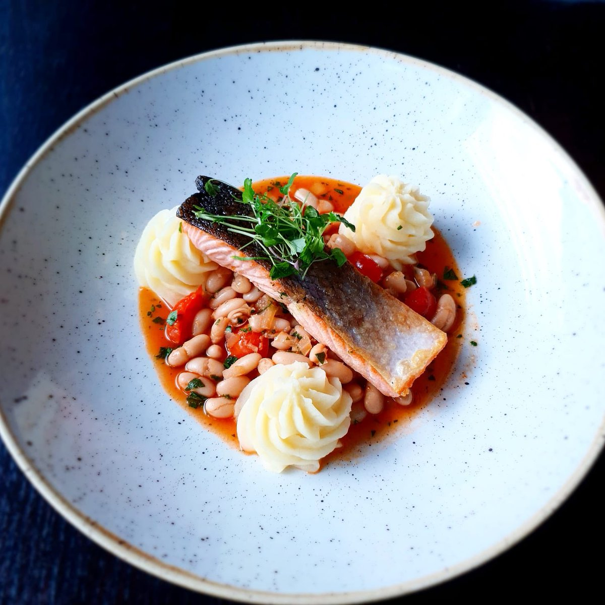 Today's special. Baked Atlantic salmon with cannellini bean ragu and creamy potatoes chef Claudia on the pass 😊👨🍳👩🍳 #dublincitycentre #dublinonourdoorstep #Ourteam #chefgoals #chefteam #dublinfood #dublindining https://t.co/Yjunp9F5EI
