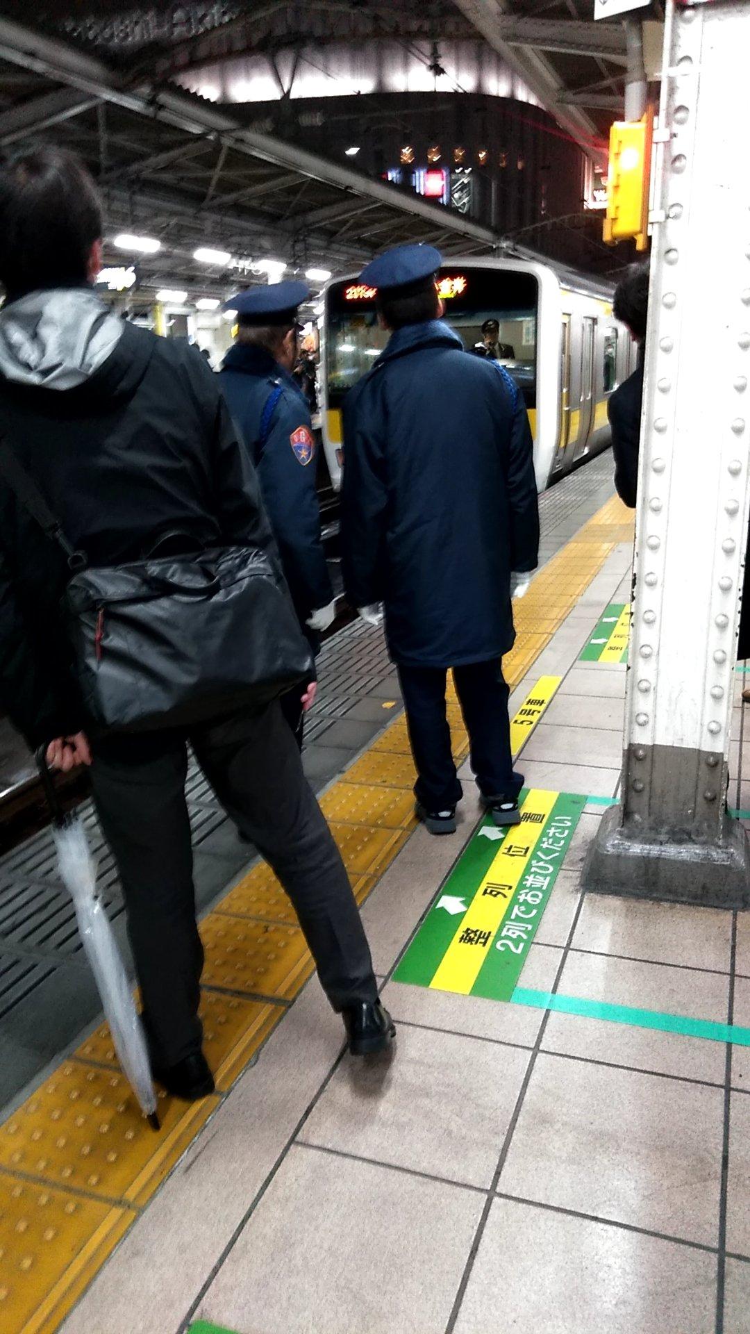 総武線の秋葉原駅の人身事故で現場検証している画像