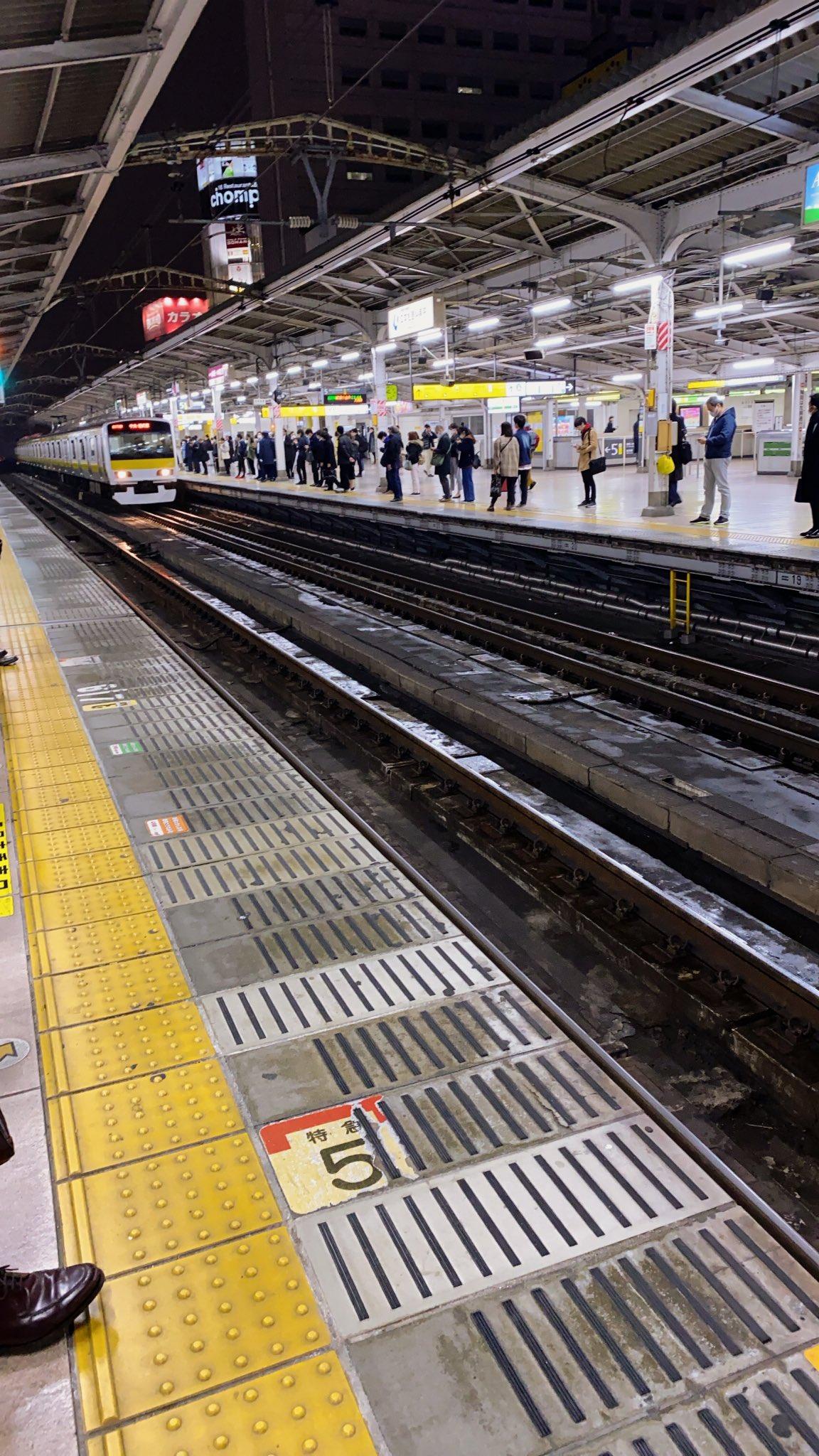 秋葉原駅の人身事故で電車が急停止している画像