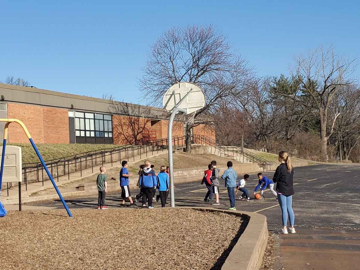 Wellness Wednesday is back and the weather is BEAUTIFUL!!! 😍💙🍀🏀 @hokblakeslee @CraigElementary @AmunroeAmy