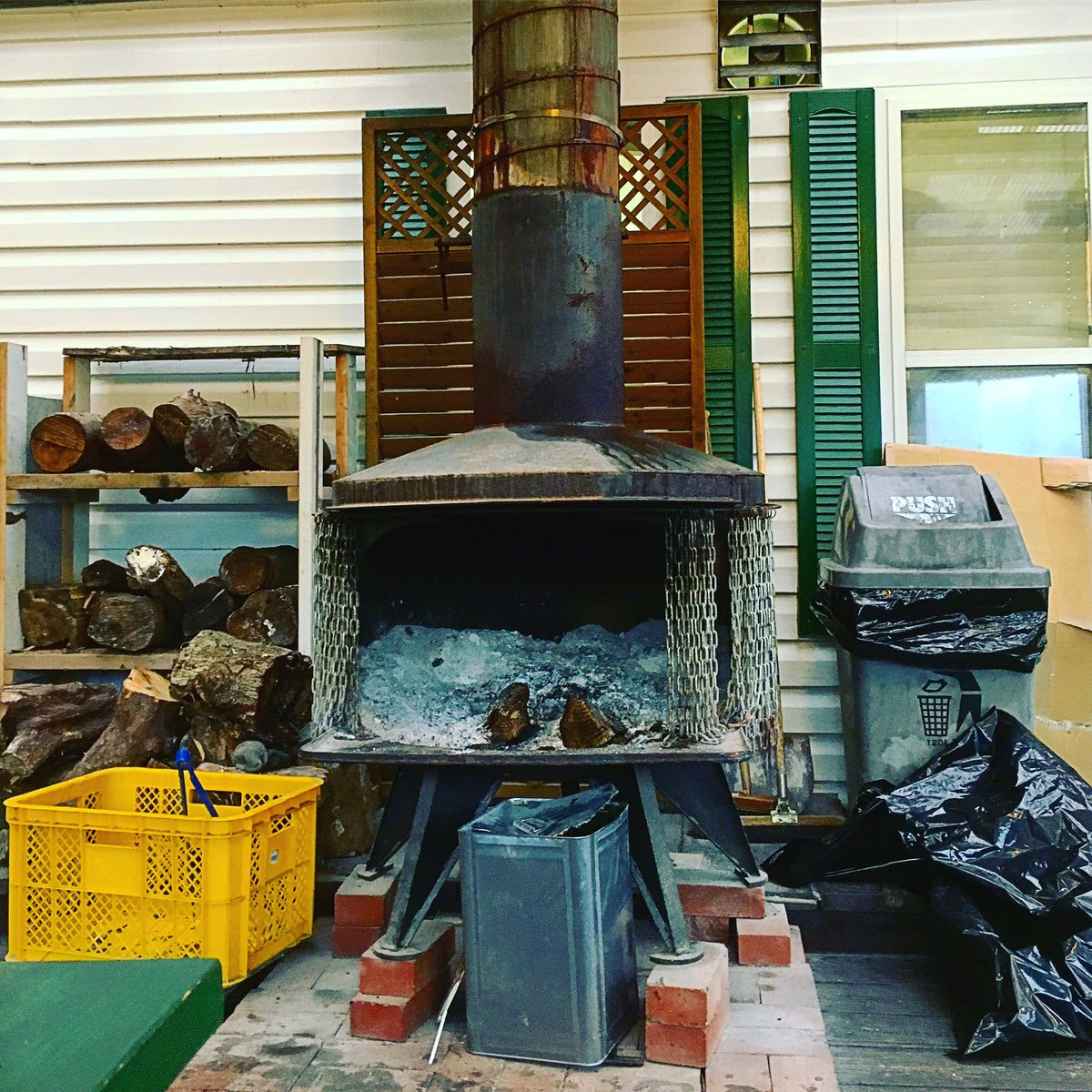 Big wood stove.  It can be used for incinerators. http://daddysbakery.jp/   #dj #housemusic #nudisco #disco #lifestyle #wine #cigar #betta #graphicdesign #djbar #宝塚 #camping #bicycle #art #interiordesignpic.twitter.com/5VCVAV2WPe