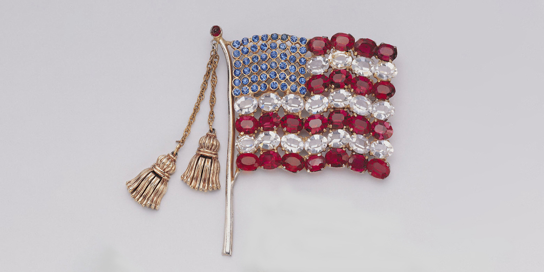This American flag brooch was manufactured ca. 1940 by the New York-based costume jewelry and novelty firm Calvaire, Inc. https://t.co/6WlbBTfkFy https://t.co/H06qx4ACvD