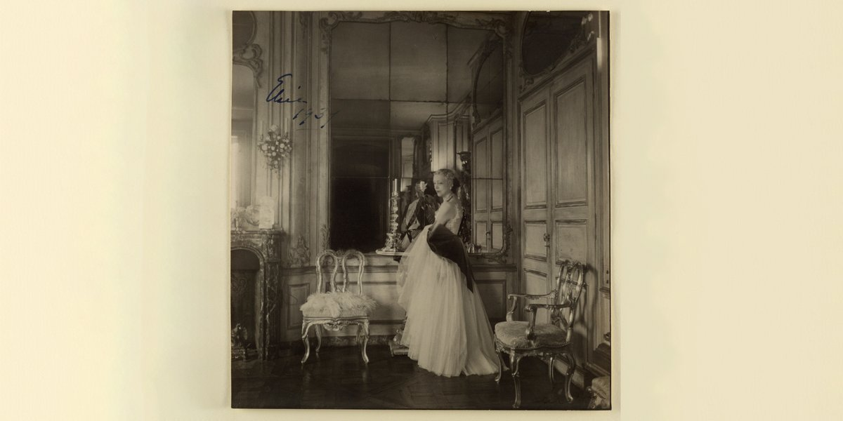 Cecil Beaton captured this portrait of Elsie de Wolfe.   De Wolfe was at the center of a vibrant social circle of wealthy women in late Gilded Age New York, a circle that included Sarah and Eleanor Hewitt, founders of Cooper Hewitt.   https://t.co/SGNS5IIE9c  #SmithsonianPride https://t.co/ty6WtzDolf