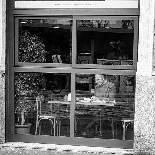 breakfast and news . . #biancoeneroitalia #biancoenero #bianconero #bn #bw #bnw #blackandwhite #blackandwhitephotography #streetphotography #street #igersmilano #milano #ilovemilano #milan #navigli #shotoniphone #shotoniphone11pro #iphoneonly https://ift.tt/3azyNwXpic.twitter.com/yt2QonFo5B