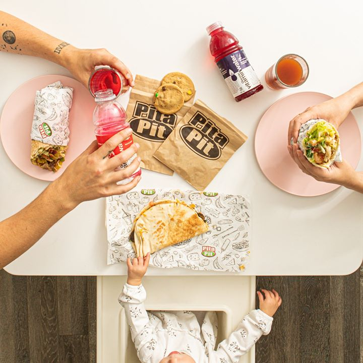 Time spent with family is time spent well! Bring the family by for a fresh & healthy meal.  #RefuseToSettle #PitaPitCanada #creationnation #pitapituc #winnipeg #manitobapic.twitter.com/NSbNqYe5m7