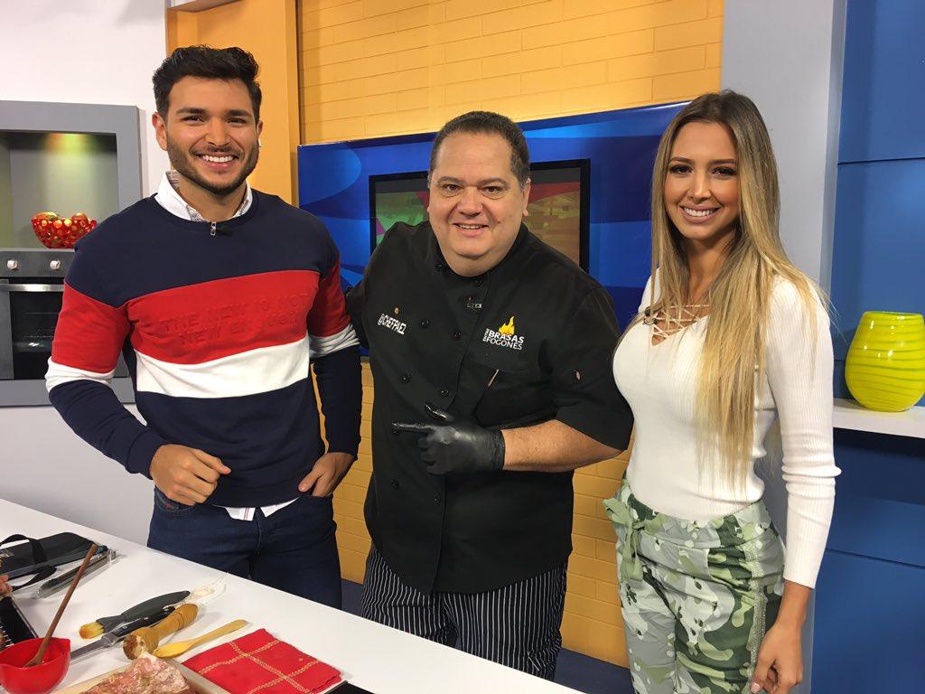 """En nuestro #PuntoDeSabor el @chefpaez nos preparará """"Porchetta de cerdo"""" ¿Van a intentar prepararlas? Cuéntennos con #Vitrina https://t.co/pOqgLtmKCR"""