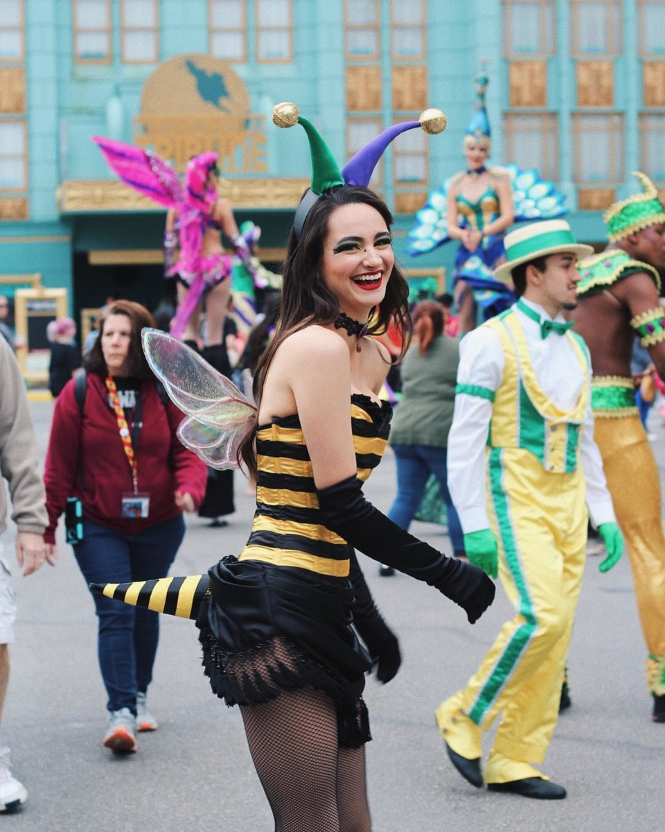 Happy as can bee at Universal Orlando's Mardi Gras festival.  (Photo Credit: @meghanhelen_) https://t.co/uDkoPR3BEO