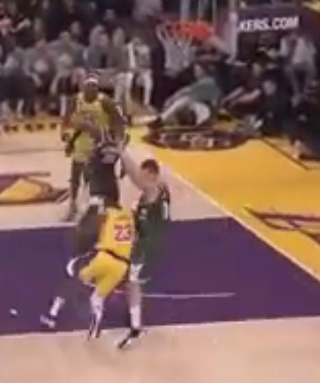 【影片】這是35歲幹的事?詹姆斯單挑2.13米大中鋒,直接在其頭上雙手隔扣!-黑特籃球-NBA新聞影音圖片分享社區