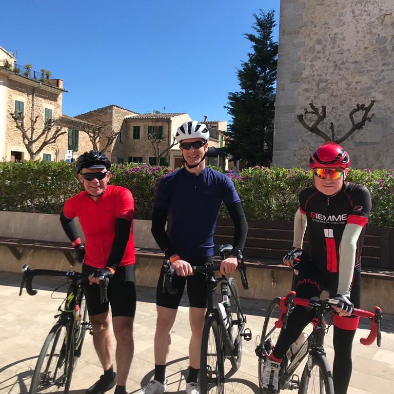 Stopping for lunch in the sunshine in Costitx #cycling #mallorca #mallorcacycling #stuarthallcyclingholidays #cyclingholidayspic.twitter.com/ZPiDJfI6sj