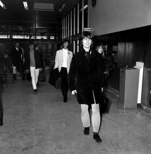 George at Heathrow Airport with Jenny Boyd, John, Cynthia, Pattie, Alex Mardas and Peter Brown en route to India, February 15, 1968 The #Beatlespic.twitter.com/711hKgM3cZ