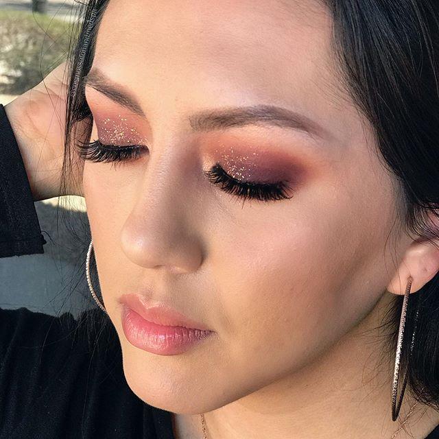 Reposting @cosmossalonaz: Fall makeup vibes ... that glitter though . . . #fallmakeup #makeup #makeupartist #makeuptutorial #makeupaddict #fall #beauty #makeuplooks #mua #makeupideas #anastasiabeverlyhills #wakeupandmakeup #anastasiabrows #eyeshadow #instamakeup #cutcreasepic.twitter.com/hapHUE8DD9