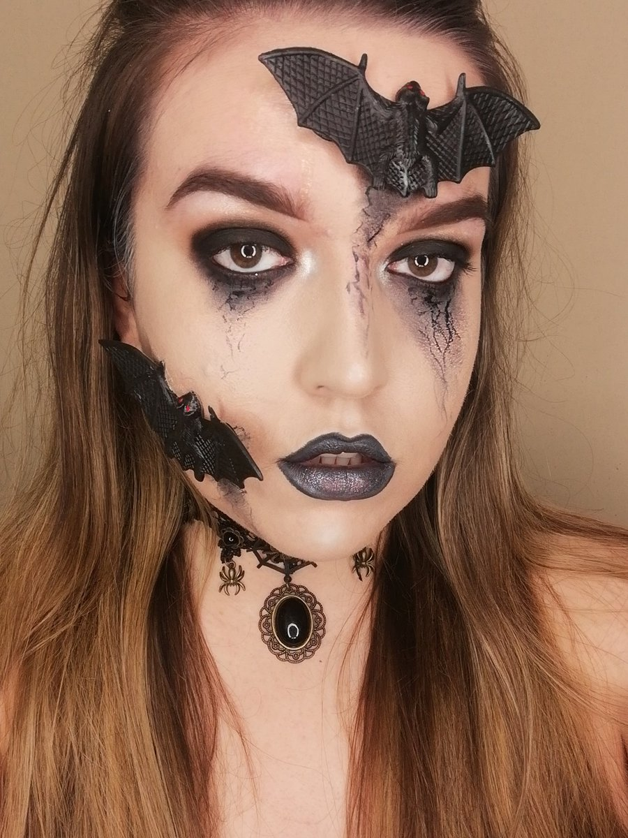 Halloween is my favourite time of year. 7 months to go! #makeupartist #31daysofhalloween #mua #londonmuapic.twitter.com/AbbP8NRZCv