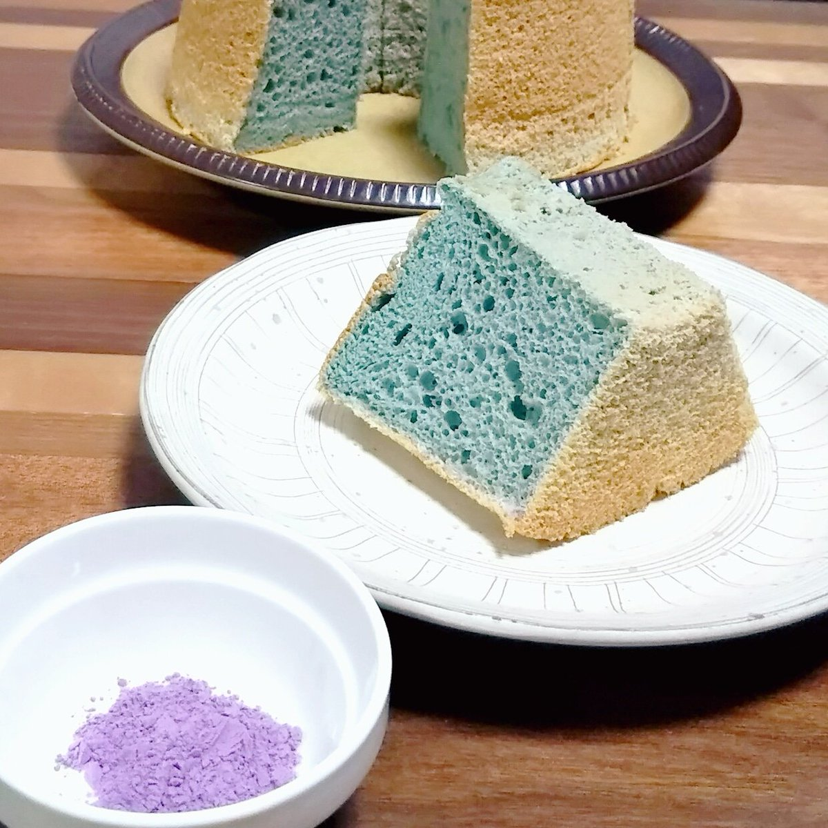 Norinoririx またシフォンケーキ 粉末紫芋入れたら青い 笑 粉の時と全然色違う 生クリームや白玉に入れた時は仕上がりも紫だったけど焼きメレンゲと今回は青 もしかして卵白とまざると青く発色させられるのかも シフォンケーキ 手作りスイーツ