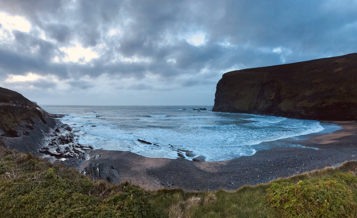 Sounds and sights that soothe the soul in #Cornwall #swcoastpath #sea #ruggedcoast #sunset #loveandfriends #ocean #surf #angrysky #craftweekend #mygirlies #spiritualhome https://t.co/LjT2jaXF7M