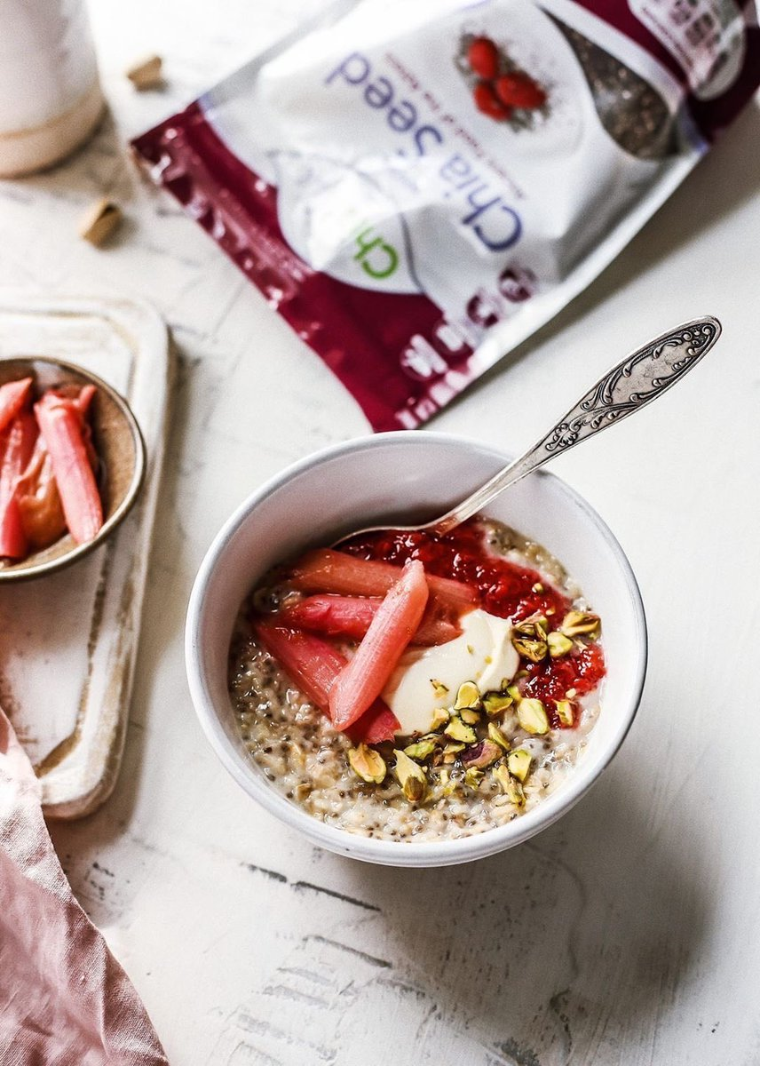 Happy International Women's Day to all our #ChiaBiaFam ❤️♀️   Chia porridge with strawberry, rhubarb and cream 🍓  Thanks to @ into.trends for this snap 📸    . . .  #ChiaBiaFam #chiabiaseed #chia #health #wellbeing #healthyeating #omega3 #protein #fibre #internationalwomensday https://t.co/skhiosC915