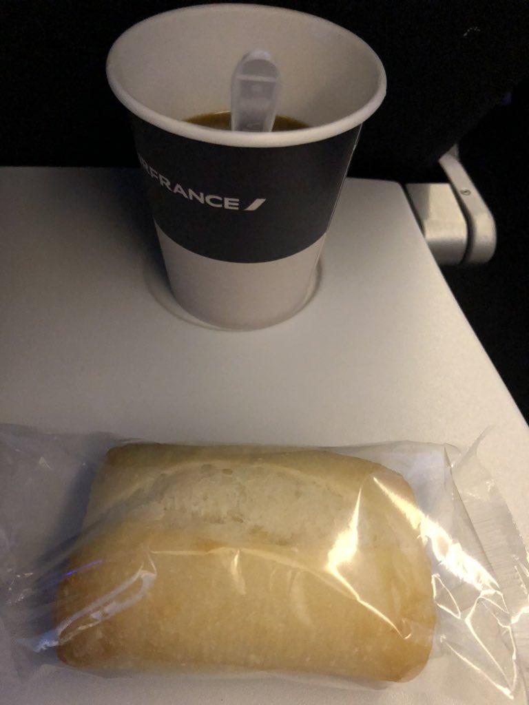 Vraiment @AirFranceFR vous appelez ça du pain ? L'avez vous au moins goûté ? #RespectezNous pic.twitter.com/4aTxllhv3R