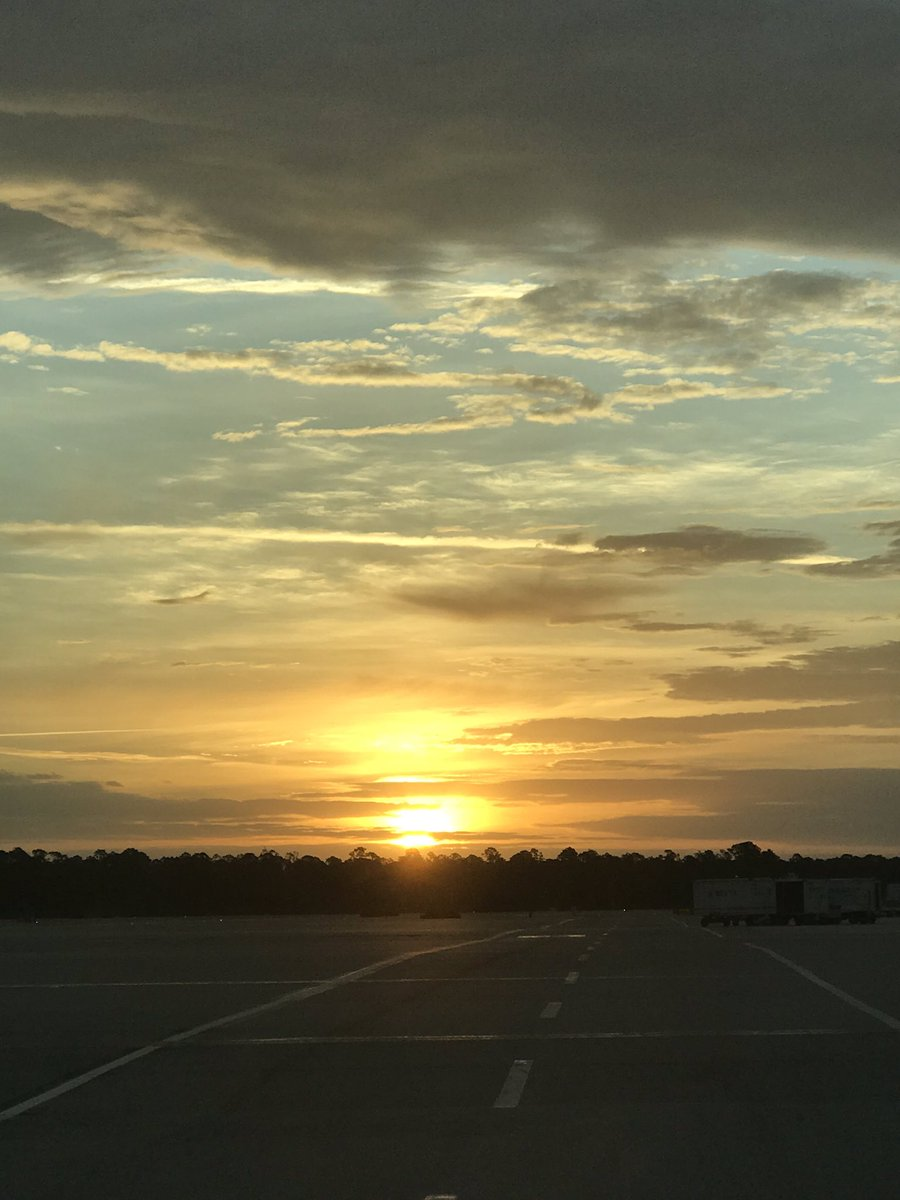 @weareunited #beingunited @LouFarinaccio Beautiful sunrise and 100% STAR departures in Southwest Florida this morning for kick off for Spring break travel here.
