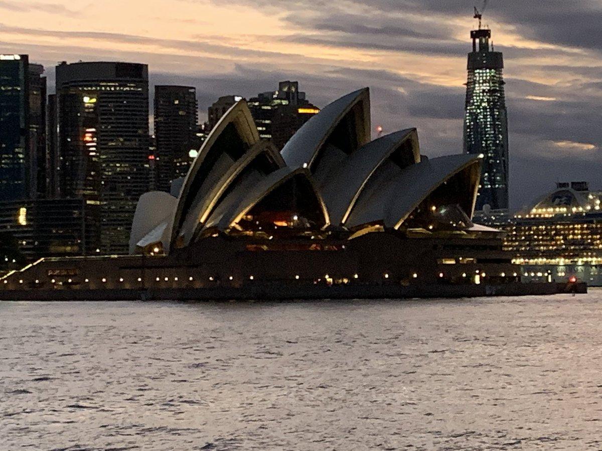Wow. #Sydney #SydneyHarbour #OperaHouse #DownUnder #ManlyFerry #CircularQuay #Australia #LongLongWaysFromHoustonpic.twitter.com/SNl96sAkjc