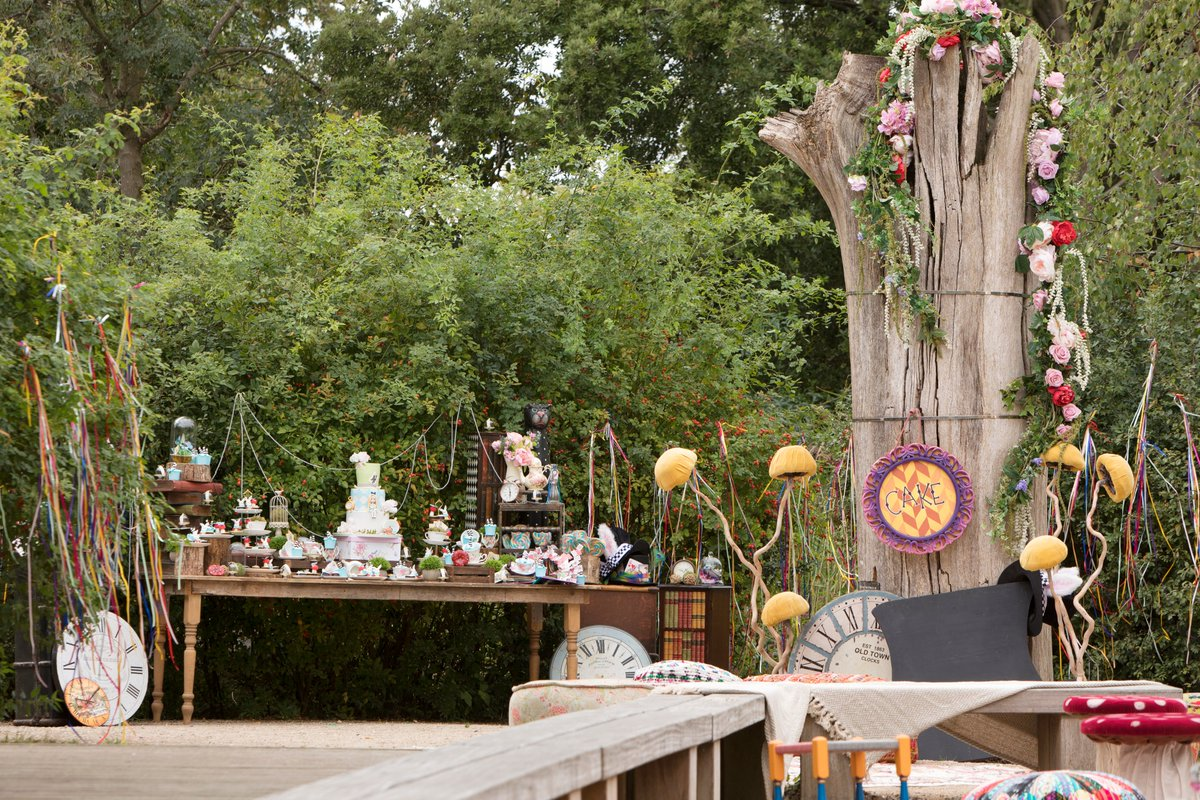 Fancy an Alice in Wonderland themed picnic this Summer? A gorgeously creative event by Eventus London using lots of our mad hatter style props! #aliceinwonderland #wonderland #wonderlandparty #aliceinwonderlandtheme #madhattersparty #partyprops #themedpropspic.twitter.com/nwxN4oIQpZ