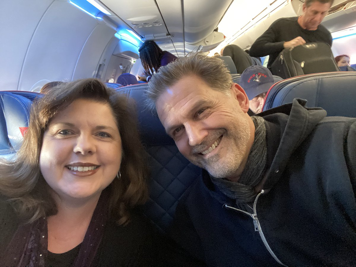 When u don't fix your hair, b/c u have an early flight, get upgraded to ComfortPlus, realize the man beside u is @DWMoffett from @SABTVSeries @CrimMinds_CBS, @nbcfnl & many more! He was so gracious! Even kind enough to get my suitcase down for me#truegentleman #itwasapleasure pic.twitter.com/jOrQ7T2wWv