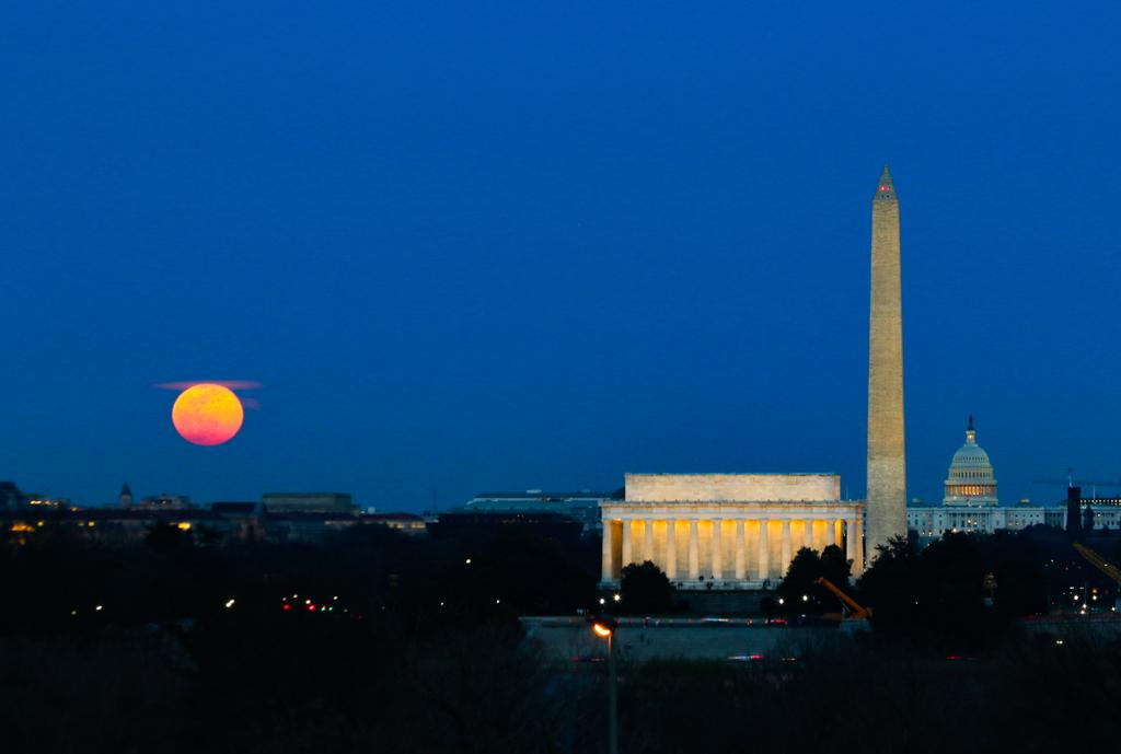 Moonrise, #DC. @capitalweather @SteveRudinABC7 @shomaristone @angelafritz #wormmoon #moon