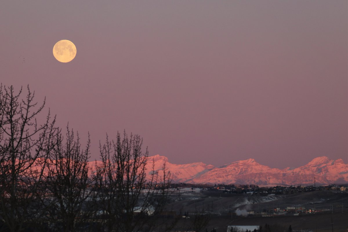 Marvelous Monday Morning Moon (over the) Mountains! 😍😍