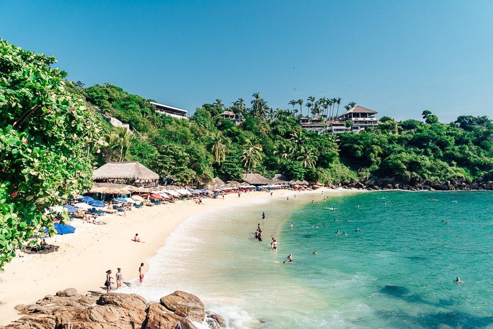 personas nadando en playa carrizalillo