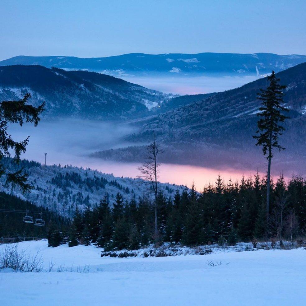 Stunning snow-covered Czech mountains, captured by @h.fuci.  . . . . . . . . . #trip #mountains #jeseniky #jeseniky_mountains #jesenikymountains #milujemehory #czechmountains #dnescestujem #dnescestujeme #visitmoravia #czechrepublic #amazingnature #nature #snowymountainspic.twitter.com/nUuQA2vKfV