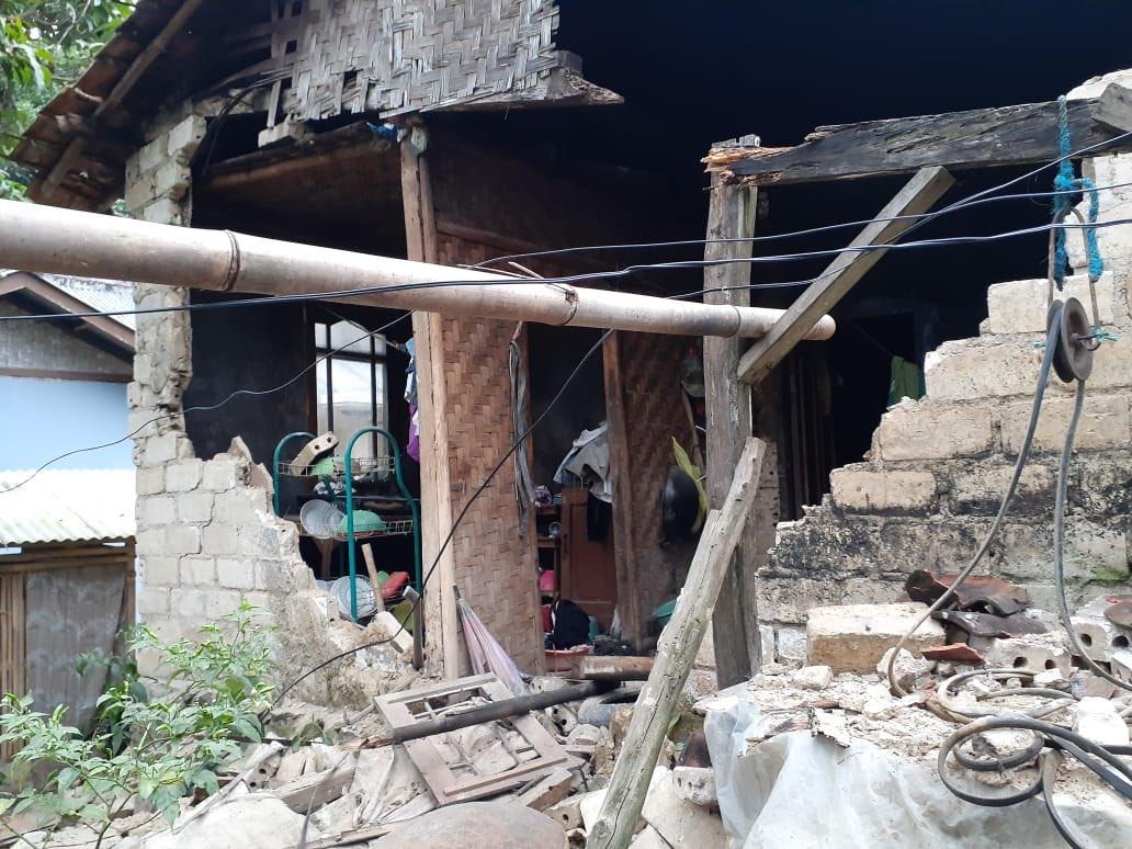 Sejumlah rumah di Sukabumi runtuh akibat gempa, Selasa (10/3/2020). Gempa dengan magnitudo 4,9 dua kali mengguncang wilayah Sukabumi, Jawa Barat, pada pukul 17.18 sore.