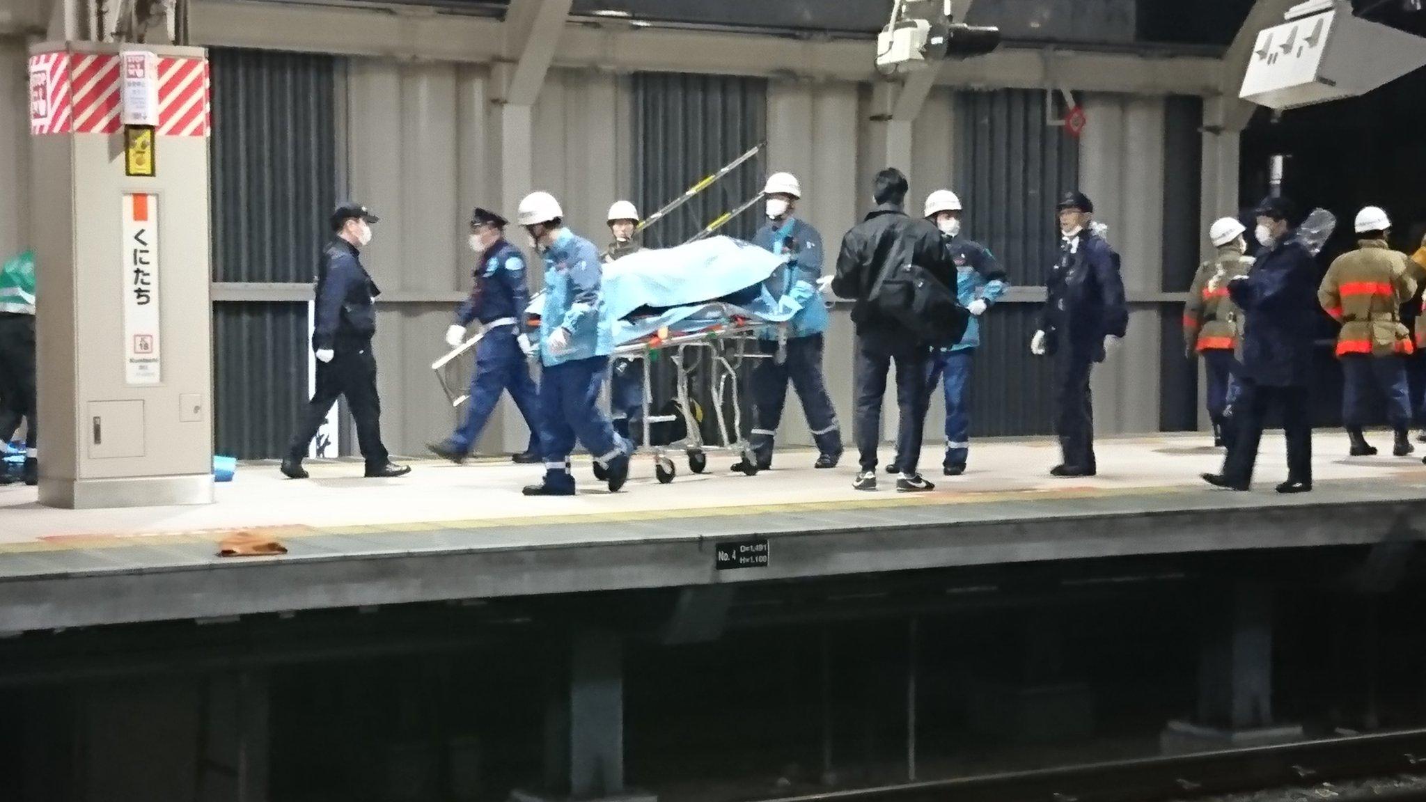 国立駅の人身事故で遺体をブルーシートで隠している画像