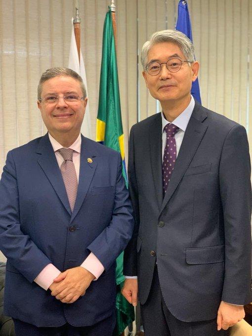 Recebi hoje, aqui no meu gabinete em Brasília, o embaixador da Coreia do Sul, Chan-Woo Kim, que veio