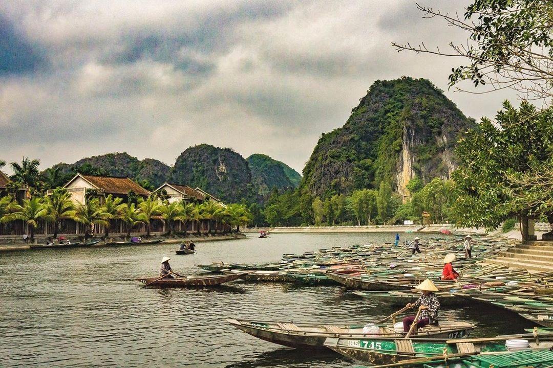 Life on the river, Tam Coc, Vietnam - #travel #vietnam #travelphotography #tamcoc #ninhbinh #couplestravel #adventure #river #boat #boatlife #karst #ecotravel #ecotourism #bucketlist #bucketlisttravel  #iwillbeback #wewillreturn #traveltuesday #datenight #californiadatenightpic.twitter.com/uiZDyyUM99
